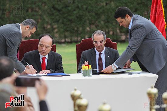 وزير الاتصالات وهولين زاو يوقعان عقد استضافة مصر للمؤتمر العالمى لاتصالات الراديو (6)