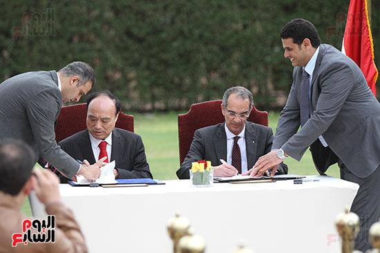 وزير الاتصالات وهولين زاو يوقعان عقد استضافة مصر للمؤتمر العالمى لاتصالات الراديو (12)