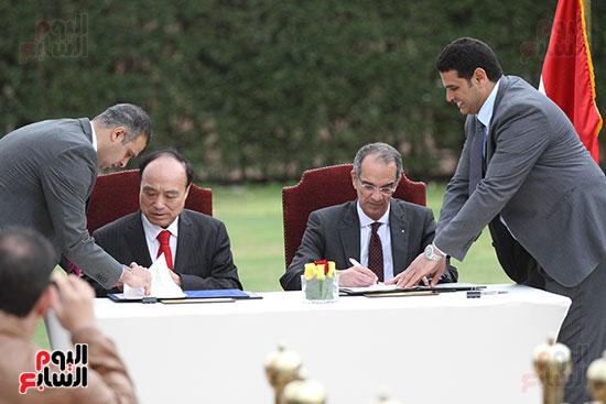 وزير الاتصالات وهولين زاو يوقعان عقد استضافة مصر للمؤتمر العالمى لاتصالات الراديو (10)