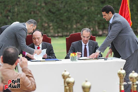 وزير الاتصالات وهولين زاو يوقعان عقد استضافة مصر للمؤتمر العالمى لاتصالات الراديو (14)