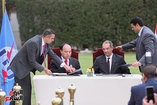 وزير الاتصالات وهولين زاو يوقعان عقد استضافة مصر للمؤتمر العالمى لاتصالات الراديو (8)
