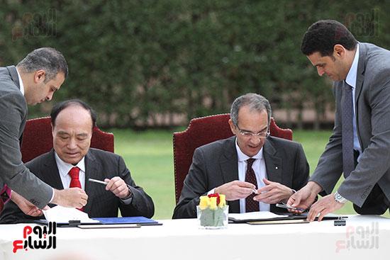 وزير الاتصالات وهولين زاو يوقعان عقد استضافة مصر للمؤتمر العالمى لاتصالات الراديو (15)