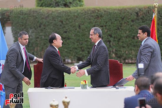 وزير الاتصالات وهولين زاو يوقعان عقد استضافة مصر للمؤتمر العالمى لاتصالات الراديو (13)