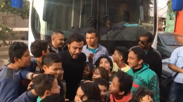 محمد إمام وسط الأطفال
