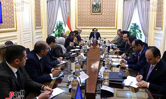 اجتماع لمتابعة الموقف التنفيذي لمشروعات المرحلة الأولى بالعاصمة الإدارية الجديدة (1)