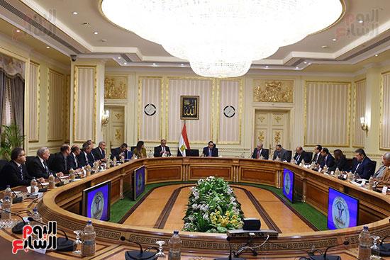 رئيس الوزراء يعقد اجتماعا مع مطورين عقاريين ويتابع مشروعات العاصمة الإدارية (1)
