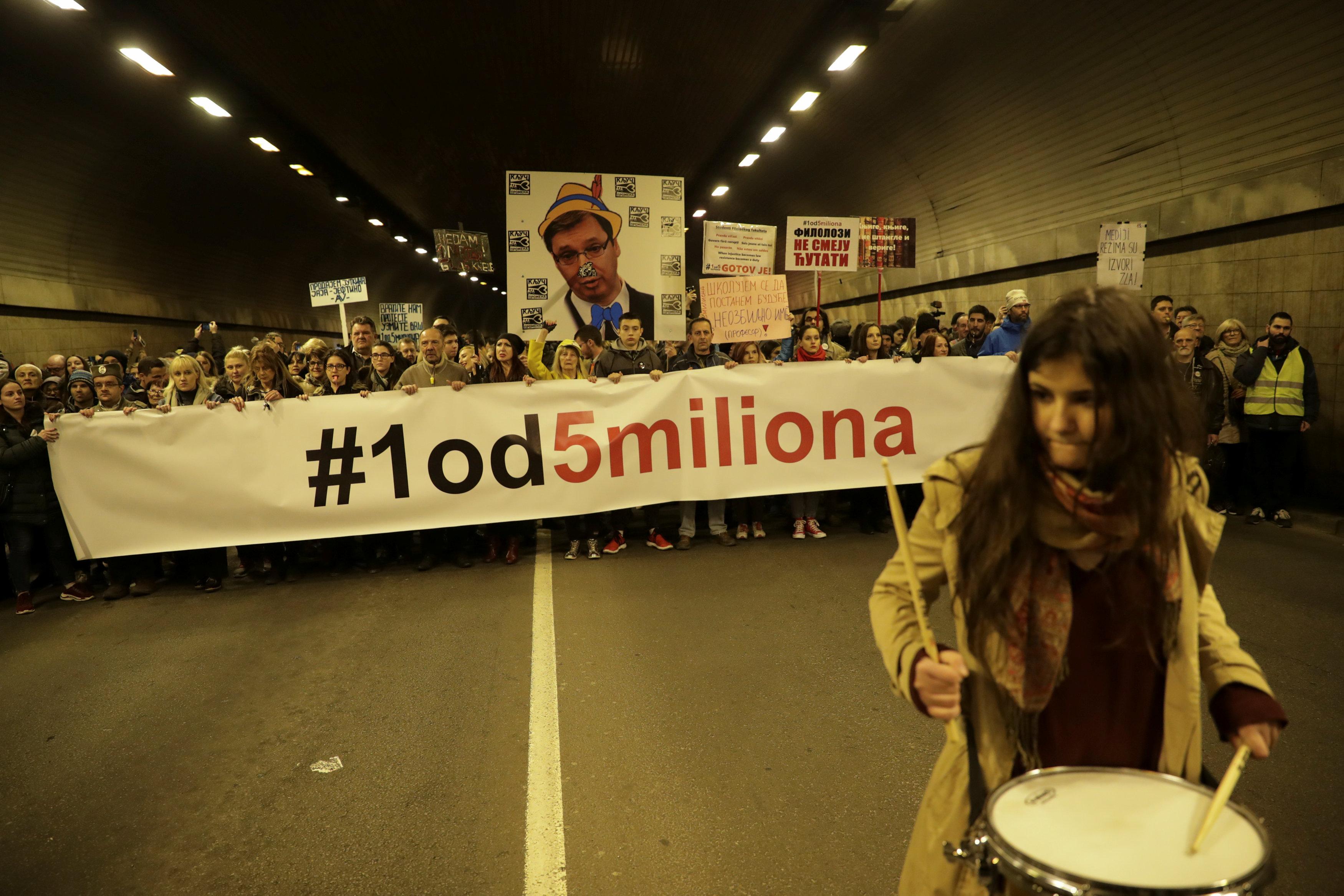 آلاف المتظاهرين يحتشدون فى شوارع بلجراد (6)