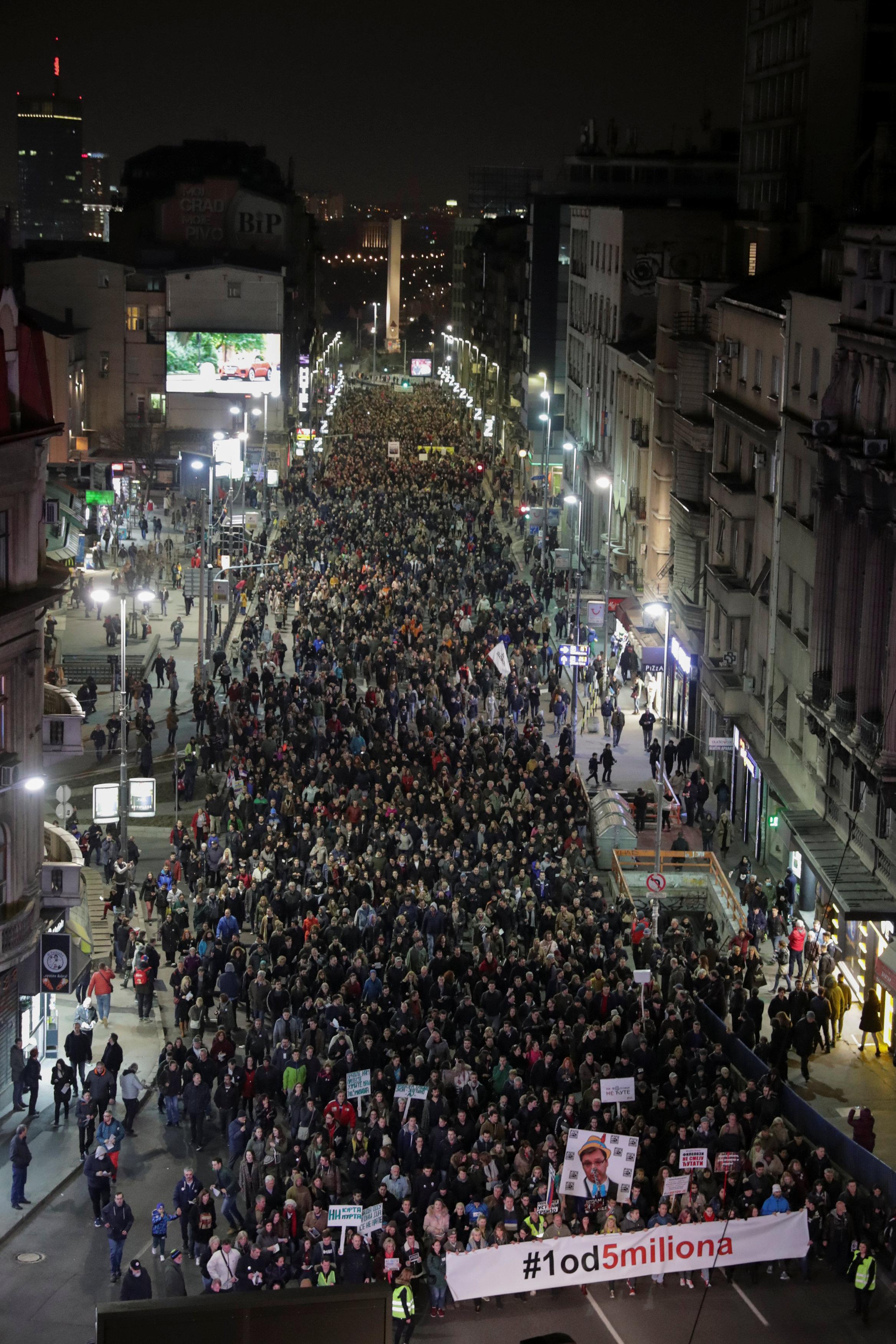 آلاف المتظاهرين يحتشدون فى شوارع بلجراد (4)