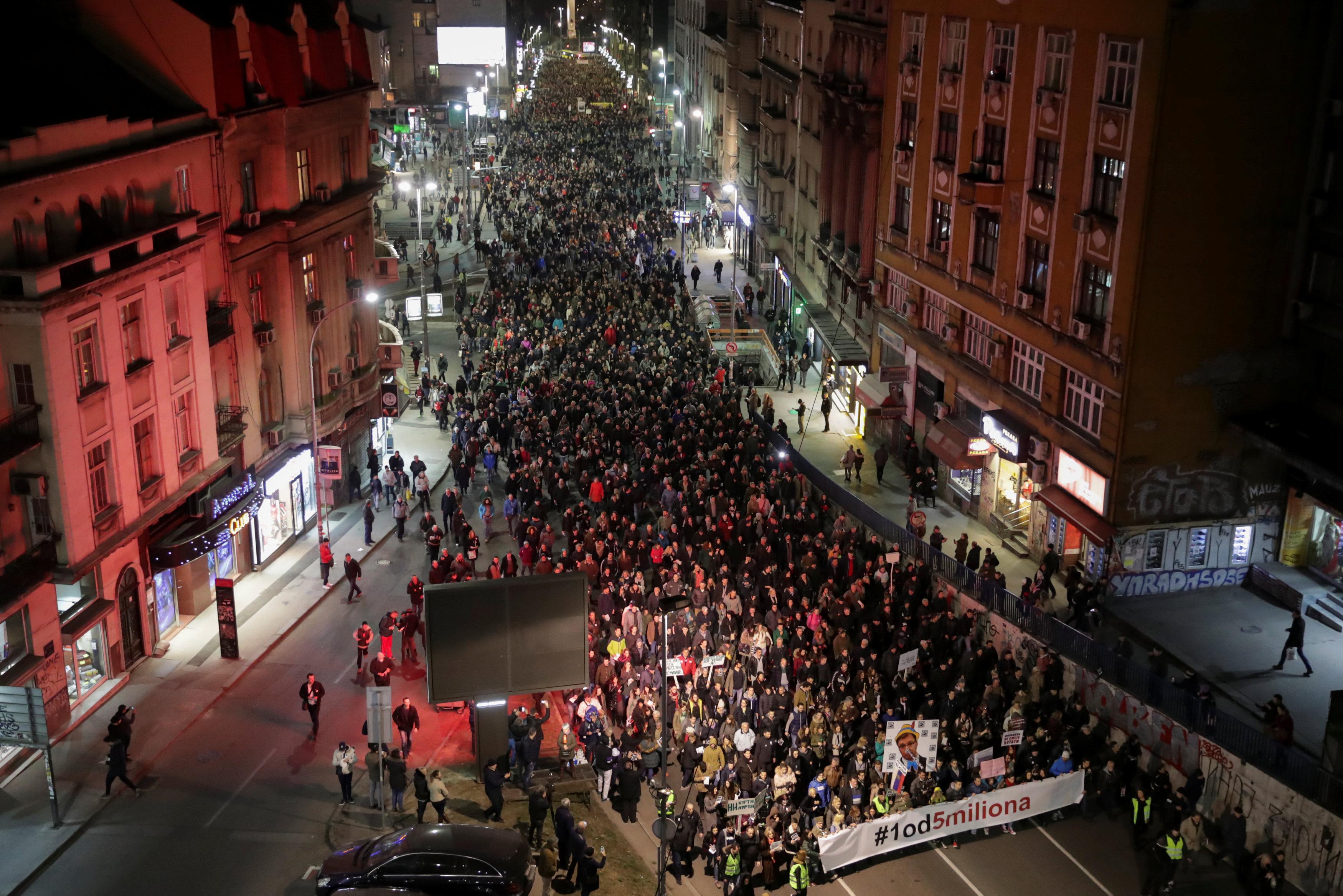 آلاف المتظاهرين يحتشدون فى شوارع بلجراد (3)