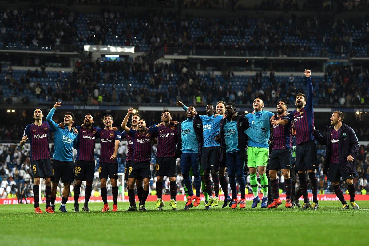 احتفال لاعبي برشلونة في البيرنابيو