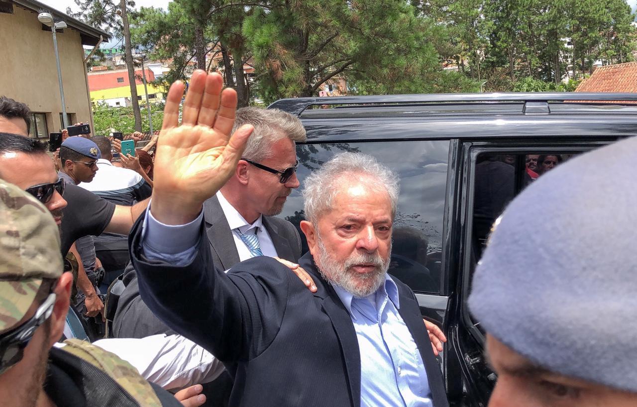 لولا دا سيلفا يغادر السجن لحضور جنازة حفيده (7)