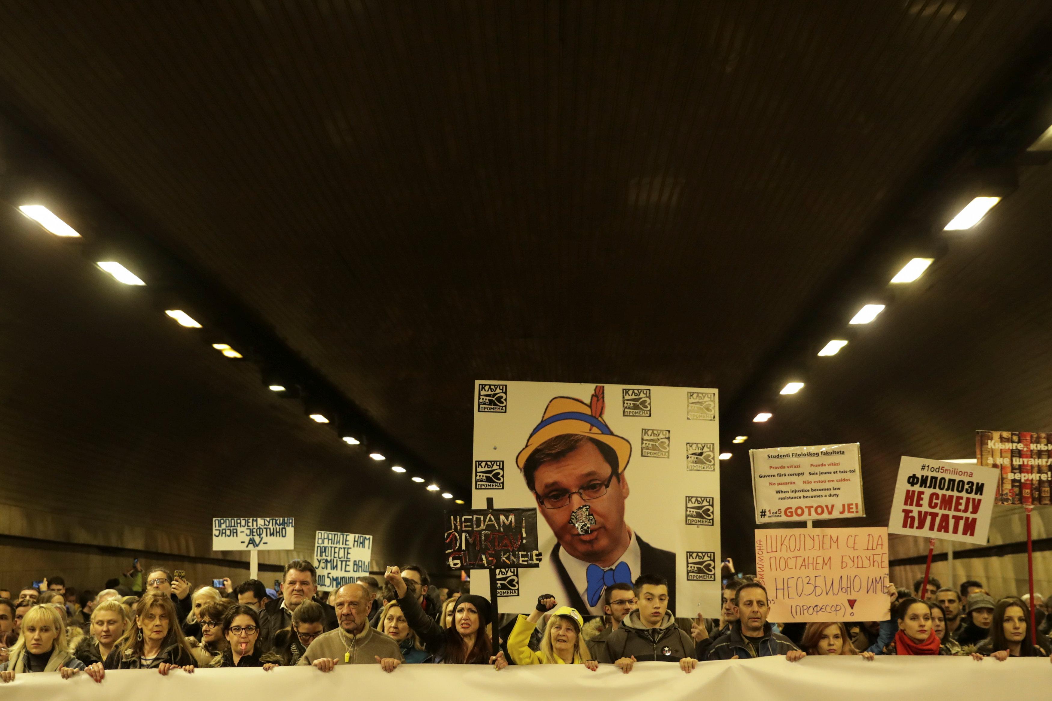آلاف المتظاهرين يحتشدون فى شوارع بلجراد (8)