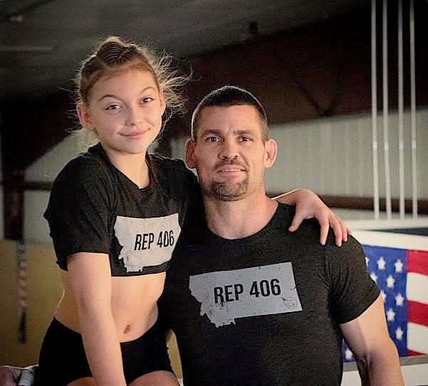 الطفلة الأمريكية تعتمد على والدها فى التدريب
