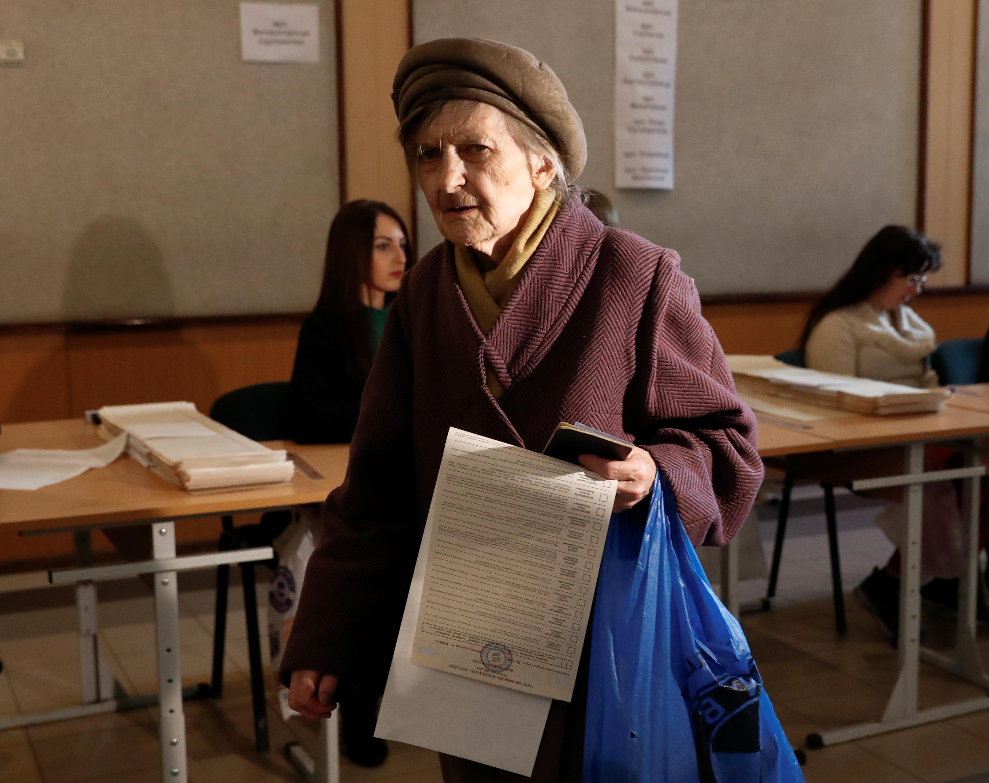 سيدة تشارك فى الانتخابات بأوكرانيا