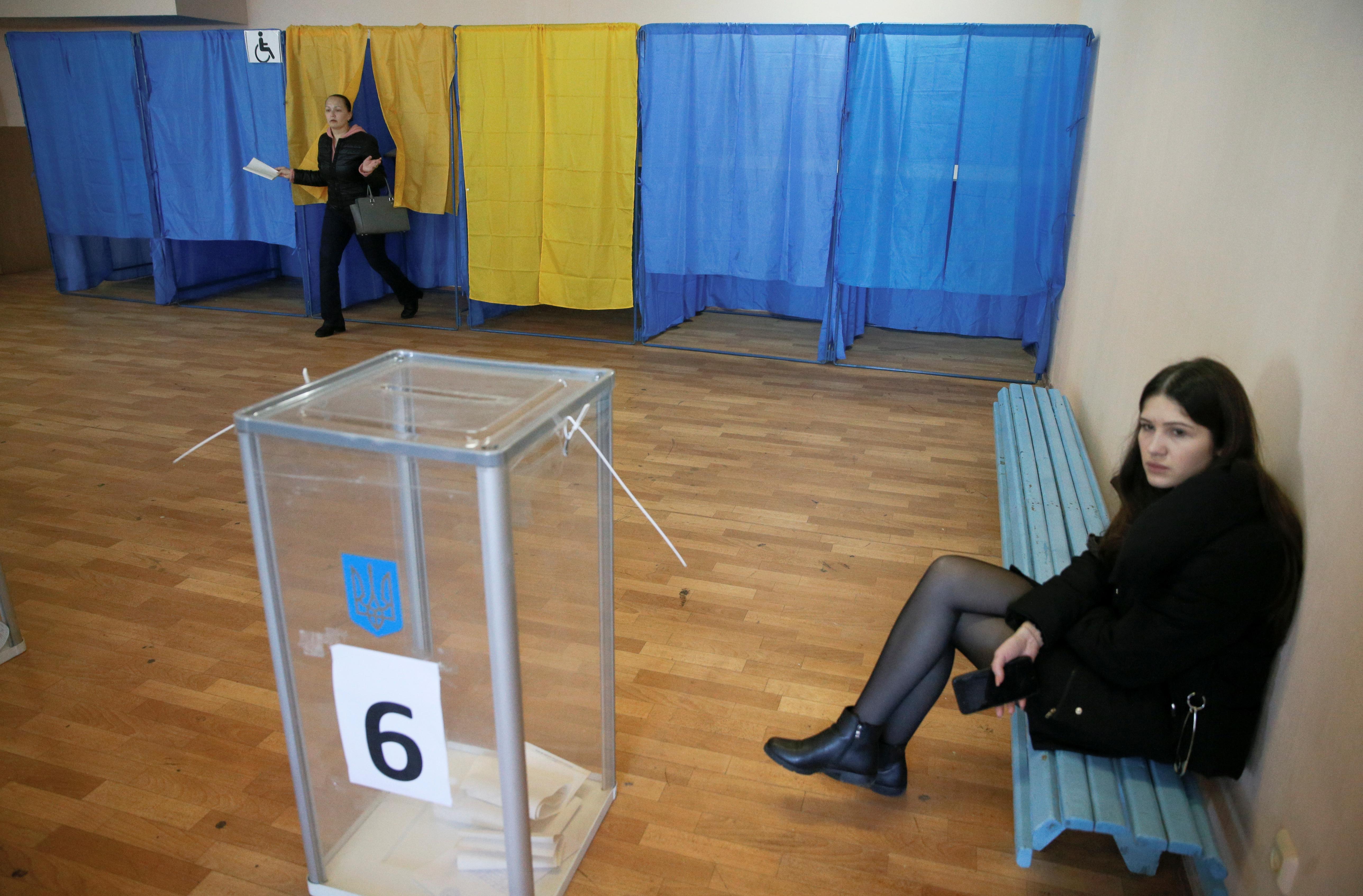 فتاة تنتظر دورها للإدلاء بصوتها فى انتخابات الرئاسة الأوكرانية