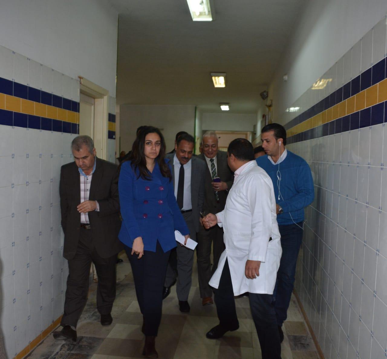 تفقد المصابين بالمستشفى  (4)