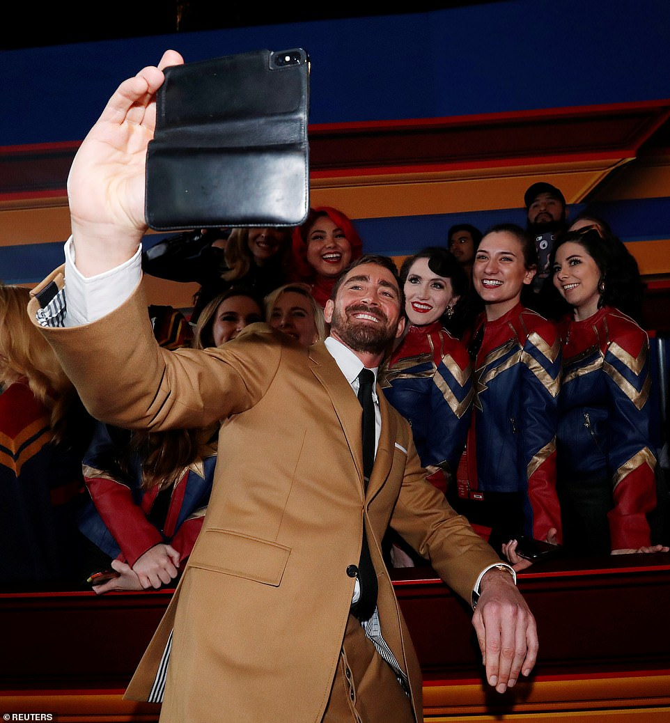 10586552-6771879-Gracious_The_6ft5in_actor_who_wore_a_tan_suit_took_a_selfie_with-a-243_1551771873313