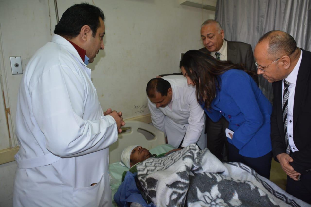 تفقد المصابين بالمستشفى  (11)