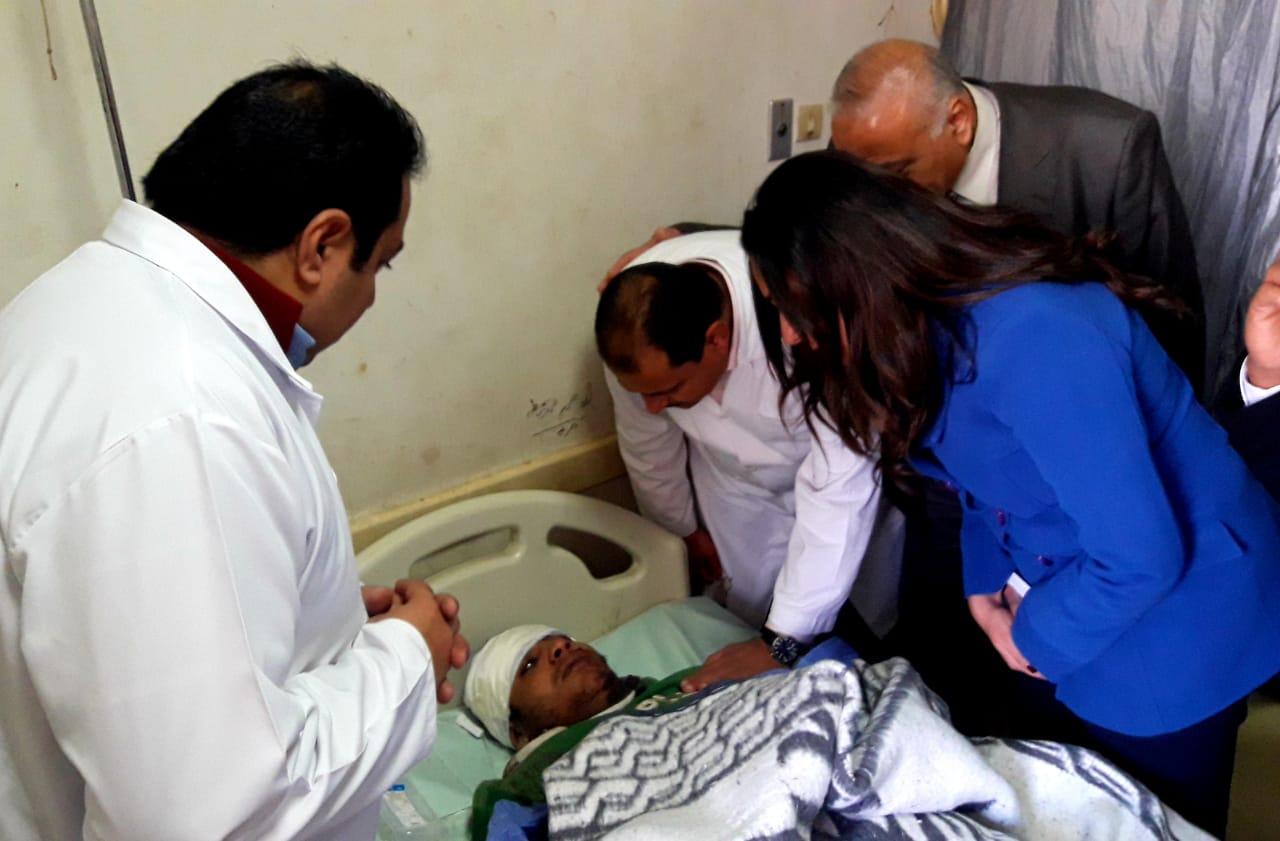 تفقد المصابين بالمستشفى  (5)