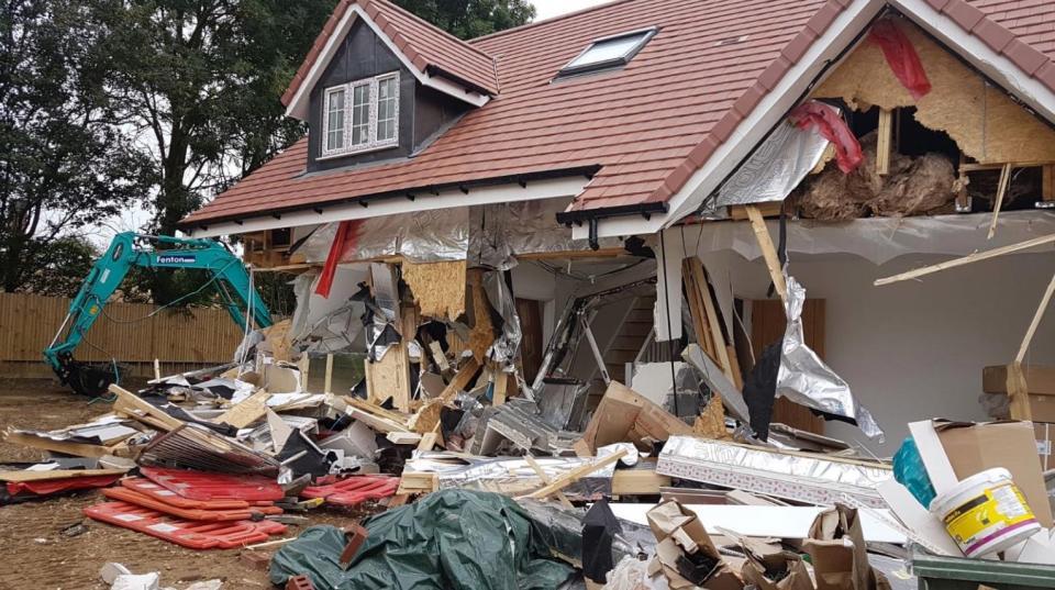 المنازل بعد أن قام الشباب بتدميرها انتقاما من شركته