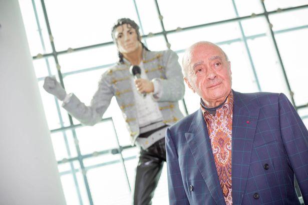 محمد الفايد مع التمثال