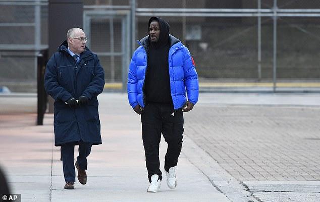 أر كيلى مع محاميه بعد الإفراج عنه بكفاله
