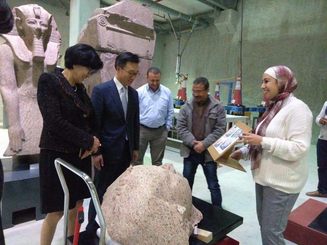 زيارة سفير كوريا الجنوبية بالقاهرة وزوجته  للمتحف المصرى الك (3)