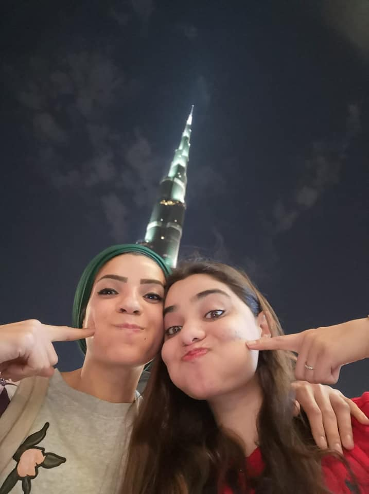 بطلة الكاراتيه مع صديقتها