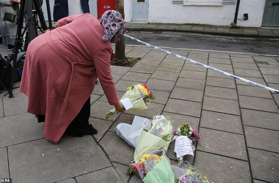 وضع الزهور فى مكان الحادث