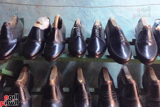 dc6c94503b5cf فيديو وصور.. عم مصطفى أقدم صانع أحذية بسوهاج  التكنولوجيا الحديثة ...