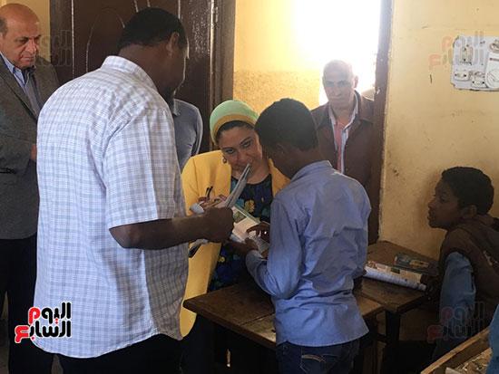 تعليم النواب تواصل زيارتها لمدارس أسوان (14)