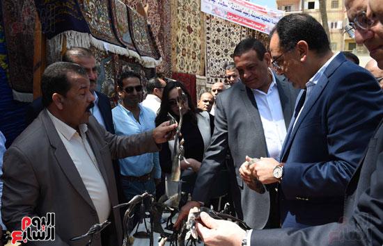 رئيس الوزراء يتفقد معرض المنتجحات اليدوية (5)