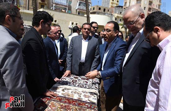 رئيس الوزراء يتفقد معرض المنتجحات اليدوية (4)