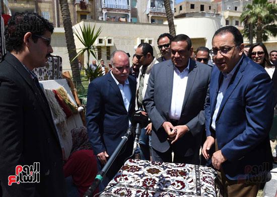 رئيس الوزراء يتفقد معرض المنتجحات اليدوية (3)