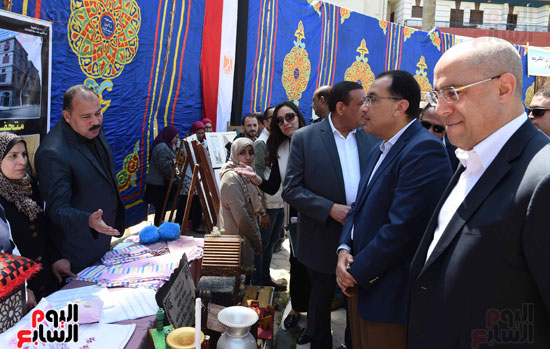 رئيس الوزراء يتفقد معرض المنتجحات اليدوية (7)