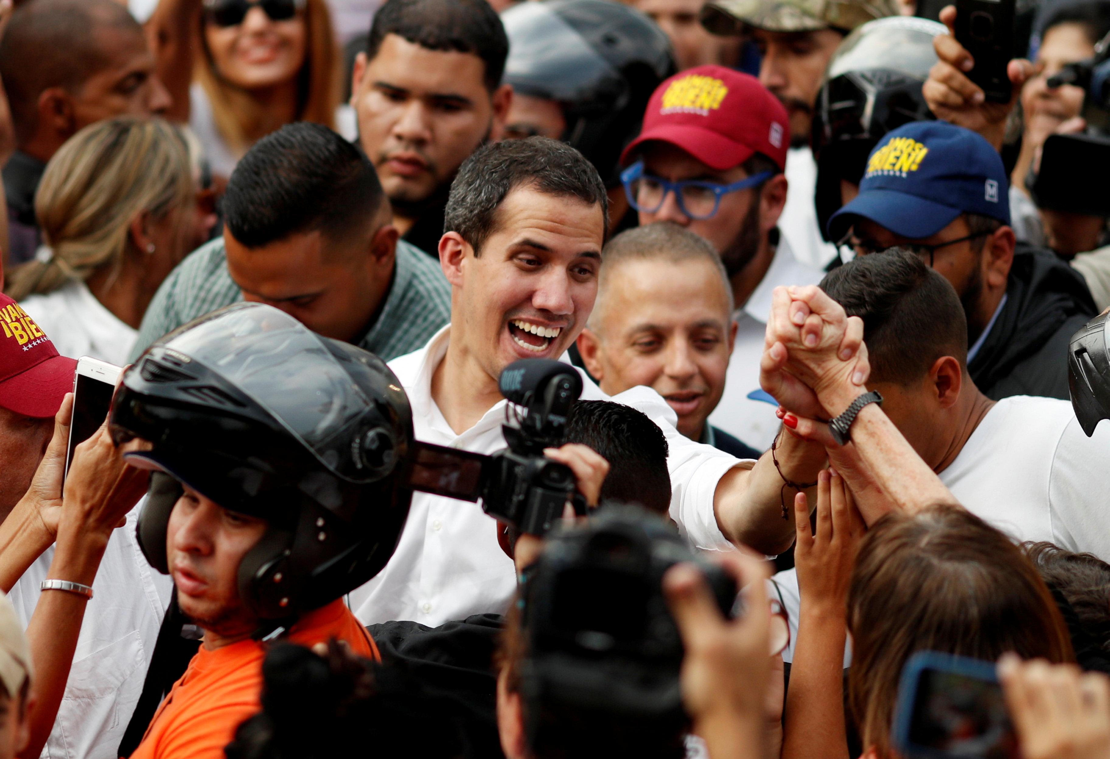 جوايد يصافح مؤيدا وسط الحشود فى الشوارع