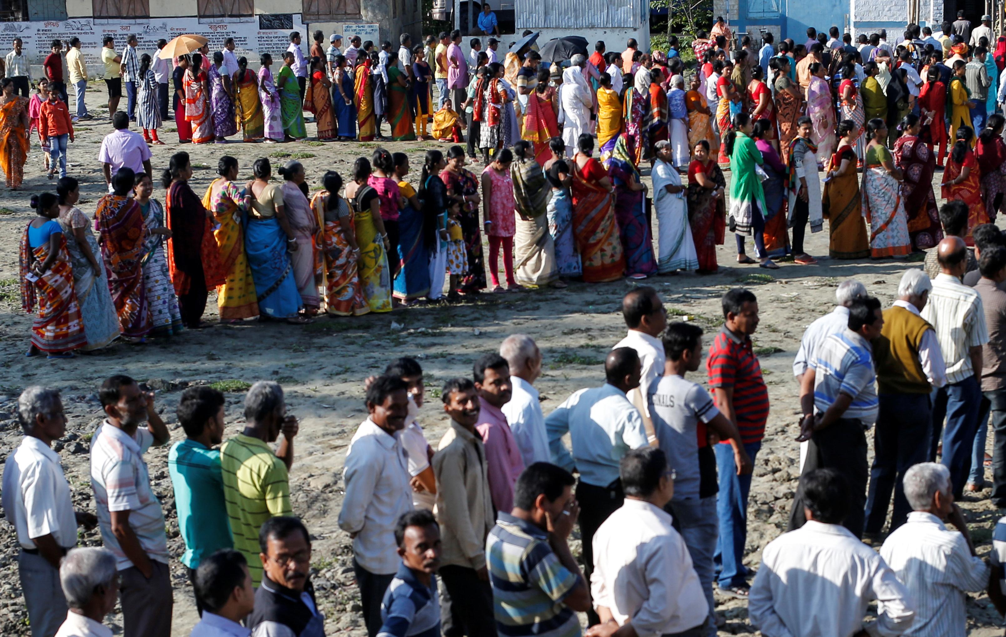 مواطنون توافدوا على اللجان الانتخابية مع بدايتها