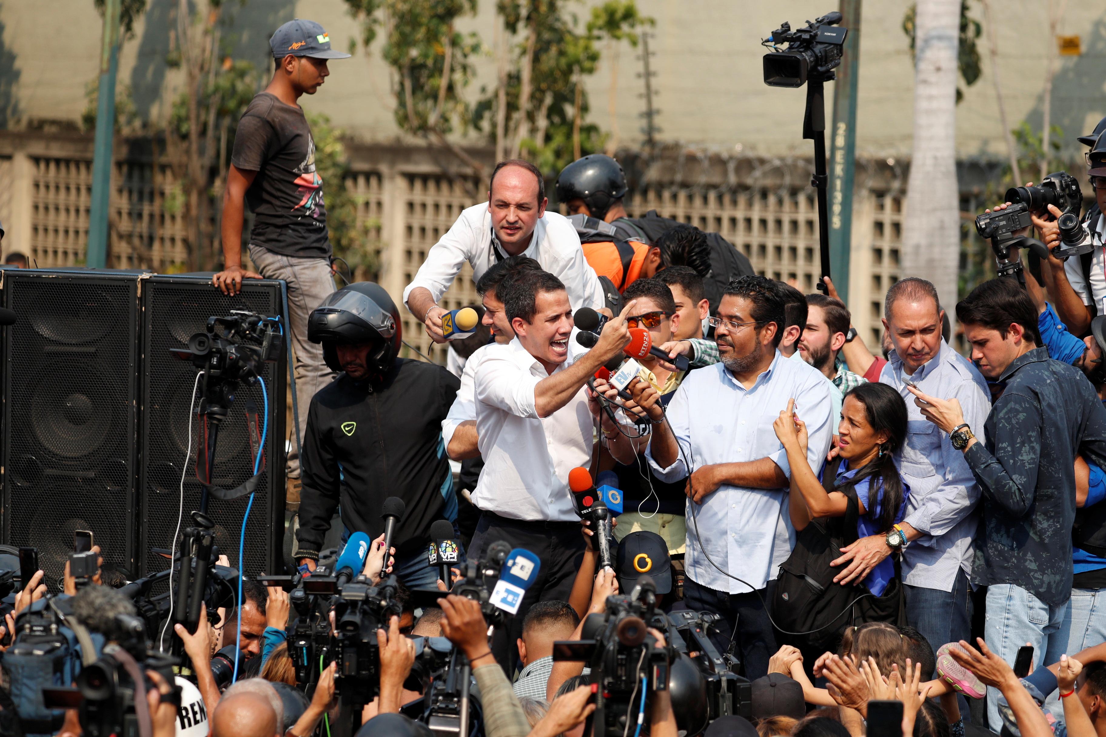 زعيم المعارضة يتحدث إلى مؤيديه فى أحد ميادين كاراكاس