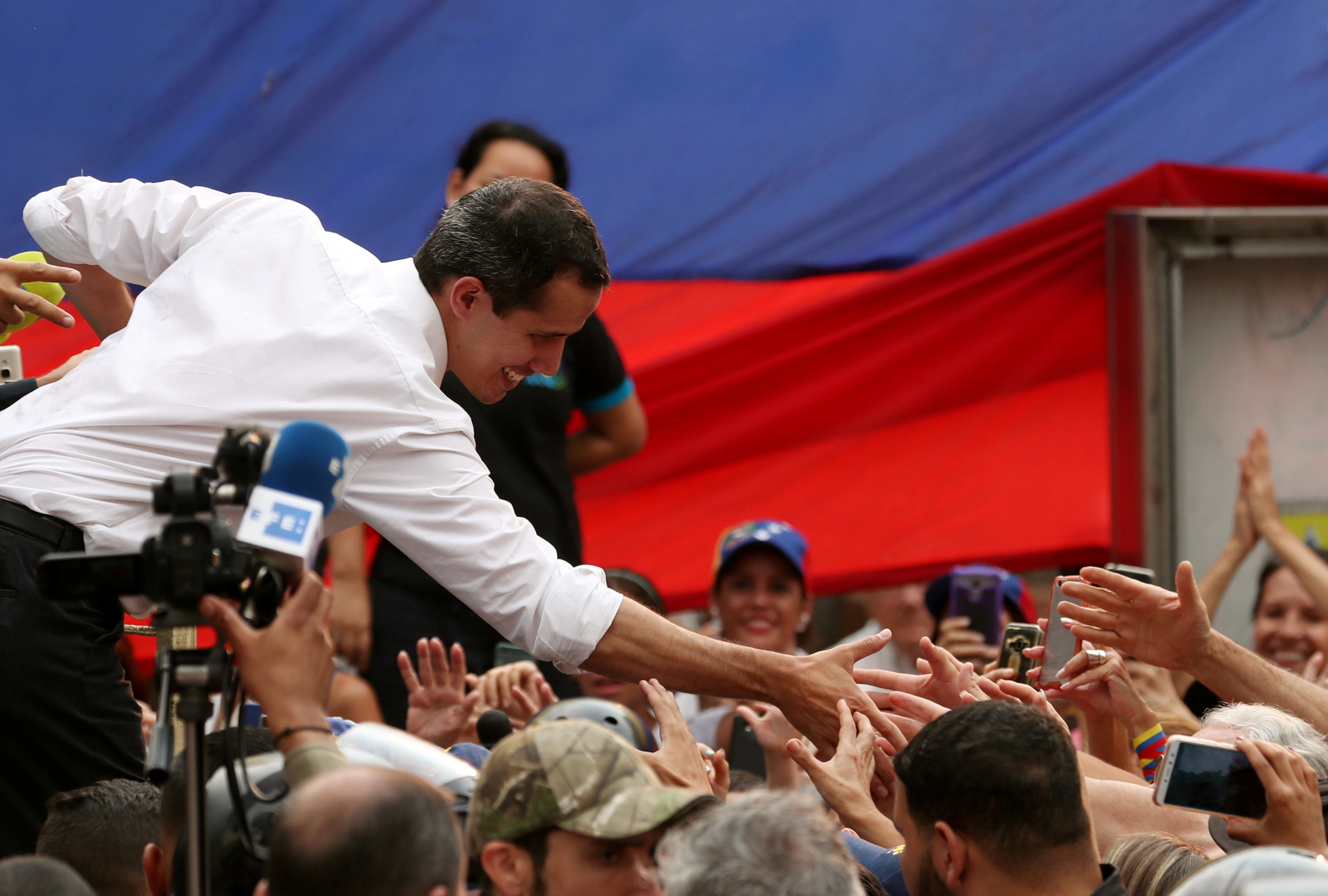 زعيم المعارضة يصافح عددا من المحتشدين
