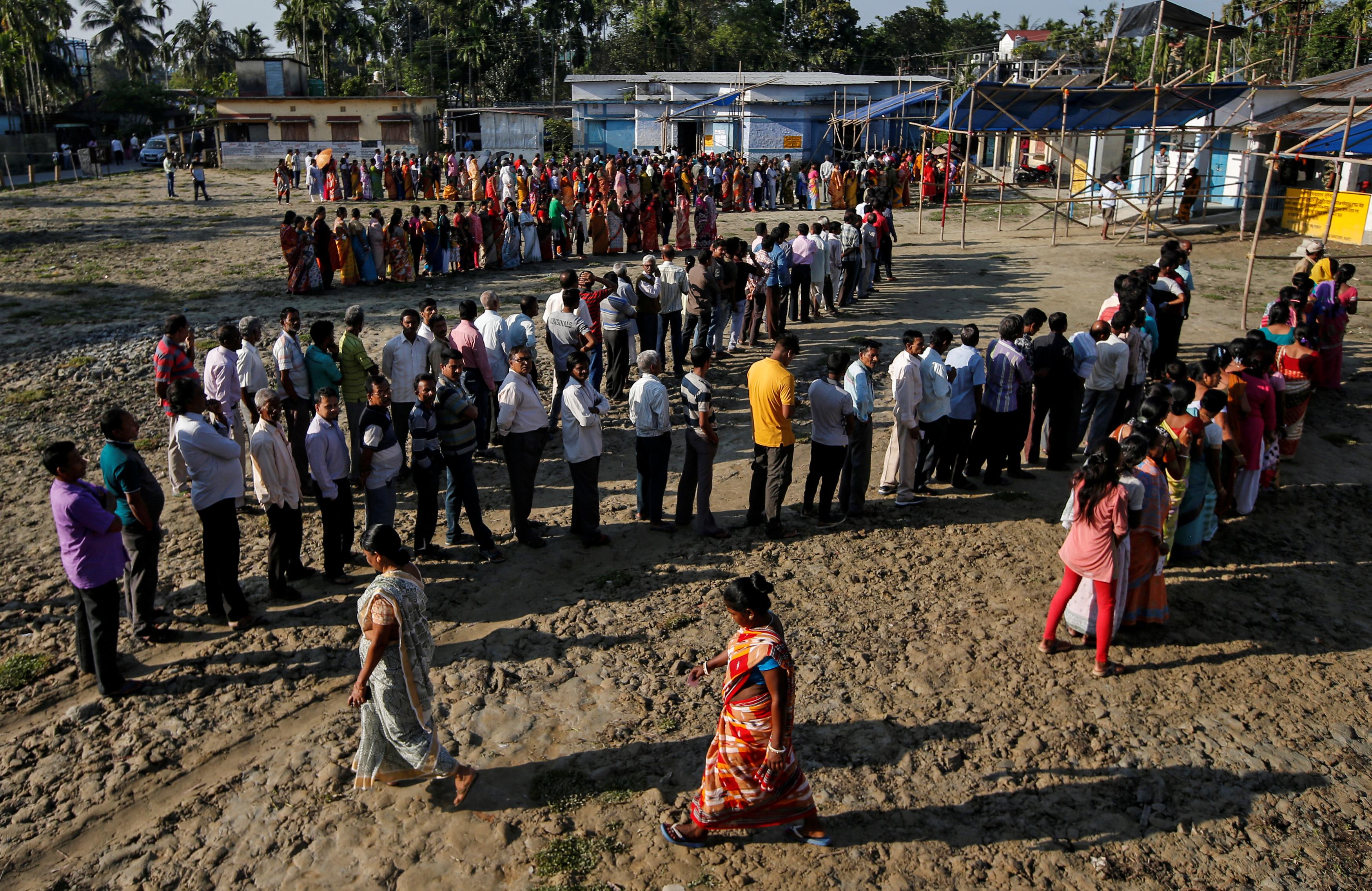صفوف من الناخبين أمام لجنة انتخابية