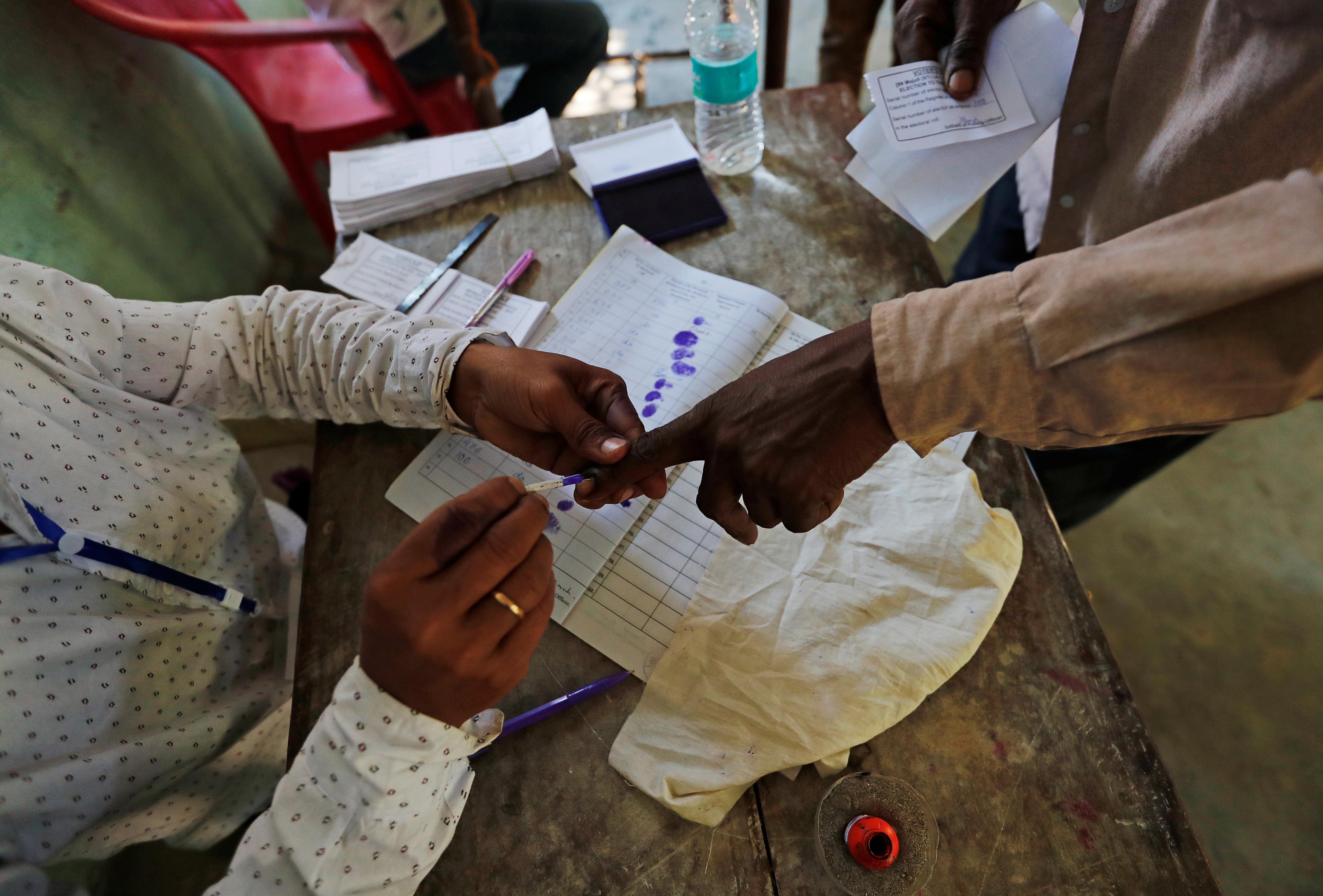 أحد المشاركين فى الانتخابات يضع يده بالحبر السرى
