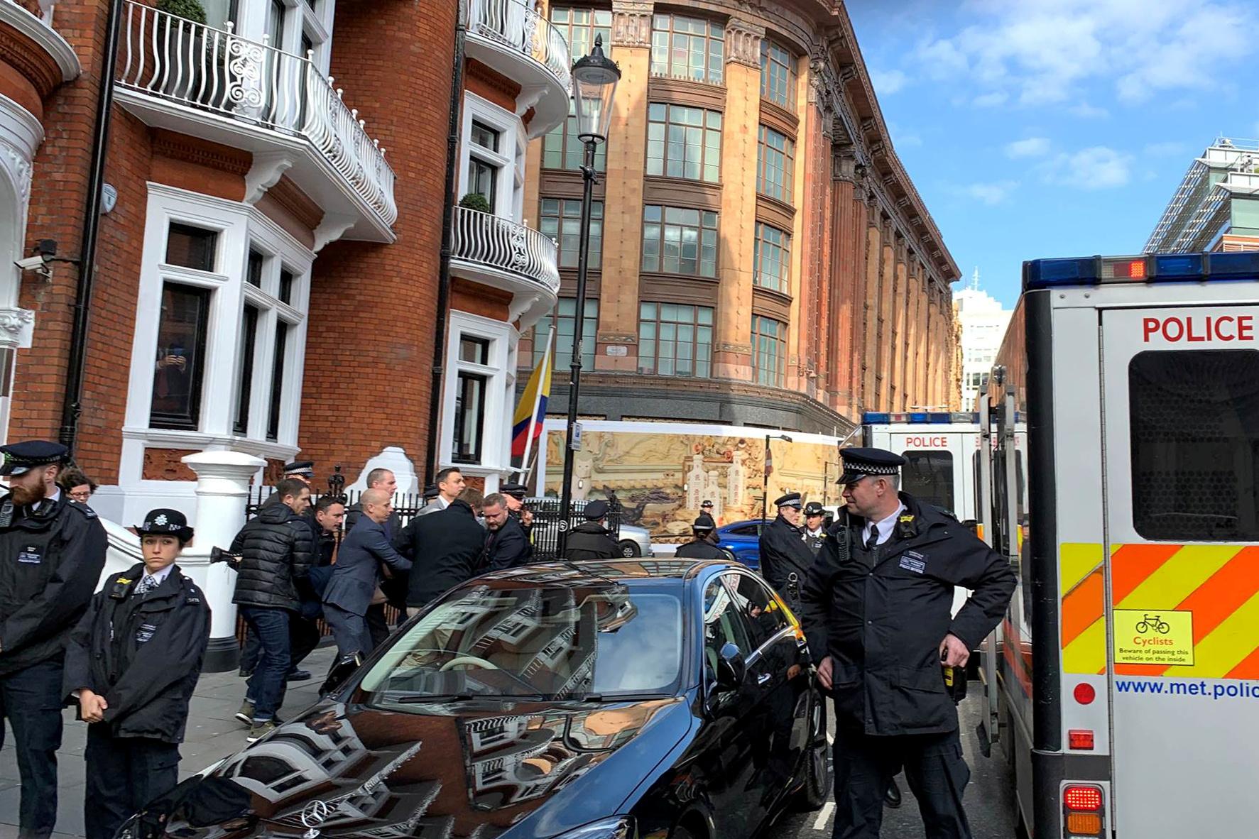 اعتقال جوليان أسانج من داخل سفارة الإكوادور بلندن (12)
