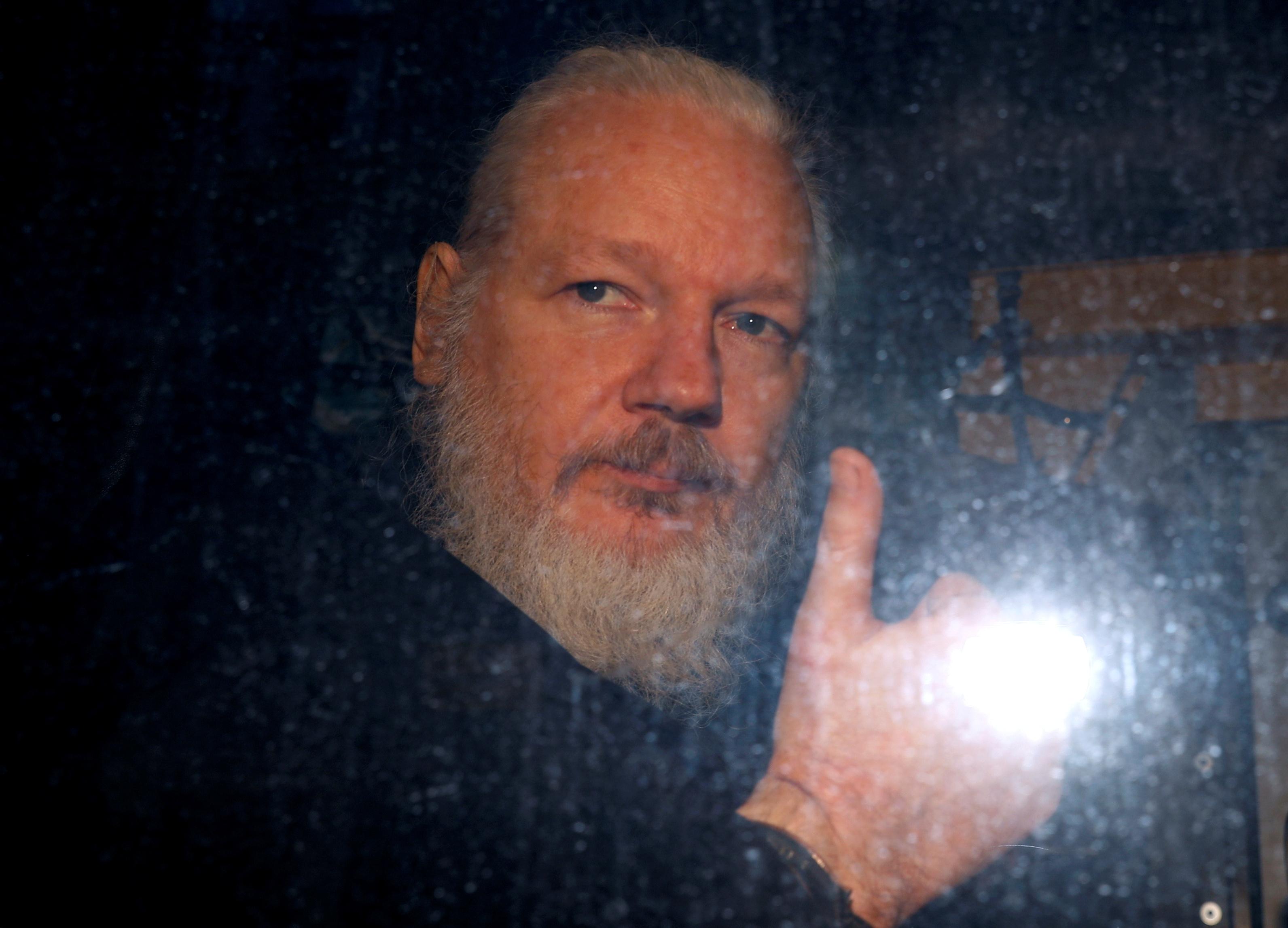 اعتقال جوليان أسانج من داخل سفارة الإكوادور بلندن (6)