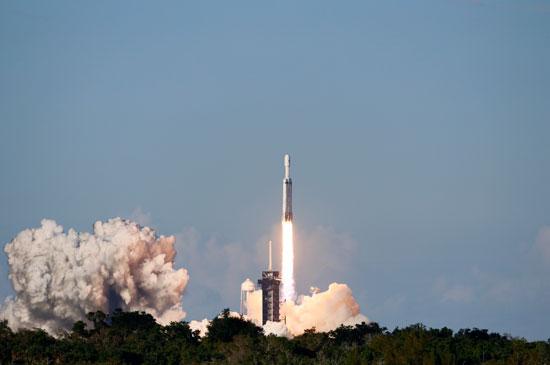 لحظة-إطلاق-أقوى-صاروخ-للفضاء-(3)