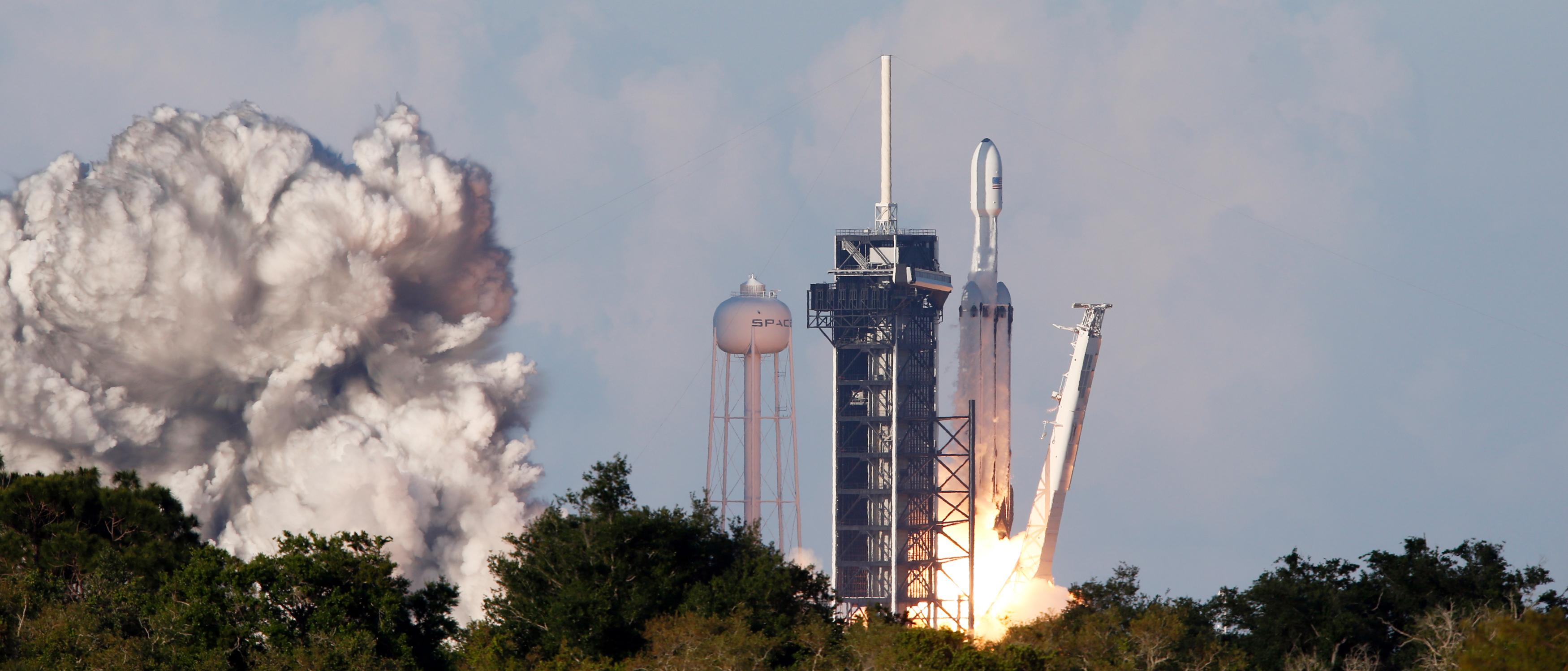 لحظة إطلاق أقوى صاروخ للفضاء (14)