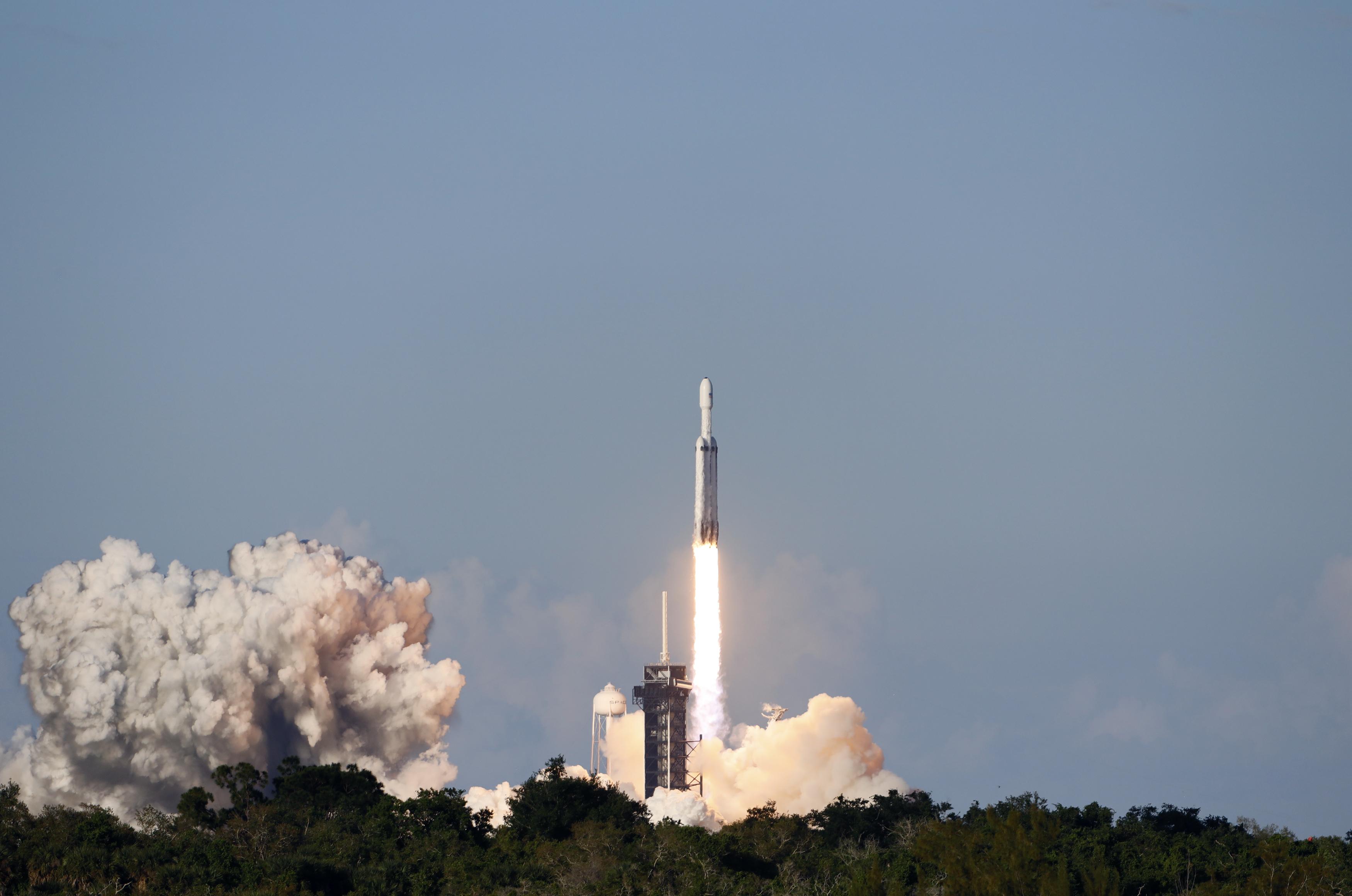 لحظة إطلاق أقوى صاروخ للفضاء (3)