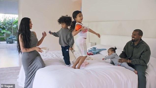 كيم مع زوجها وأولادهم فى منزلهما
