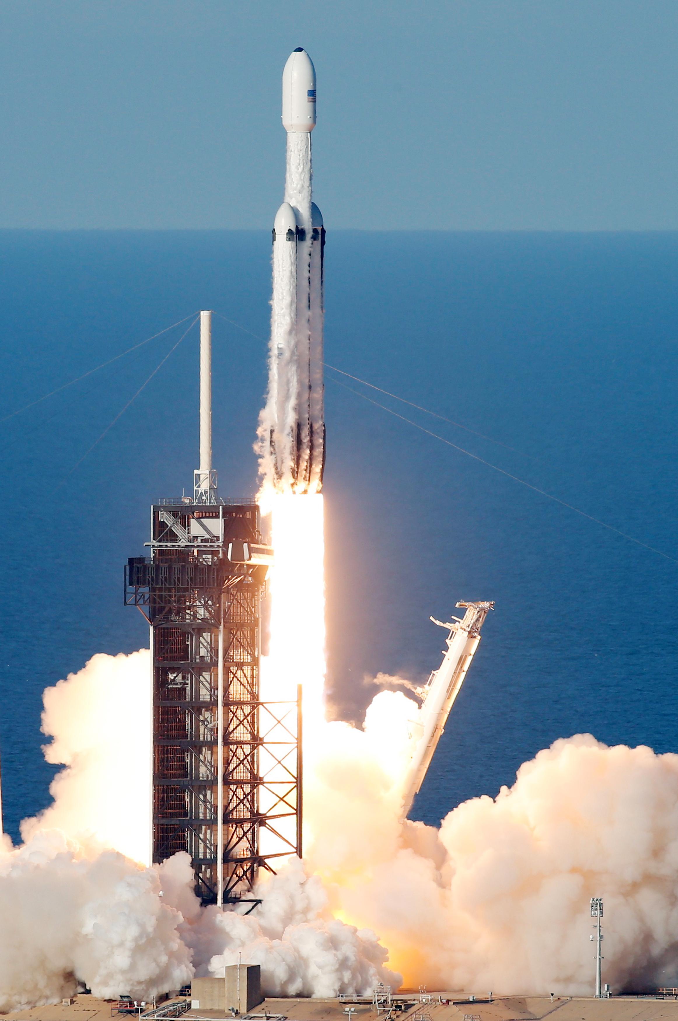 لحظة إطلاق أقوى صاروخ للفضاء (15)