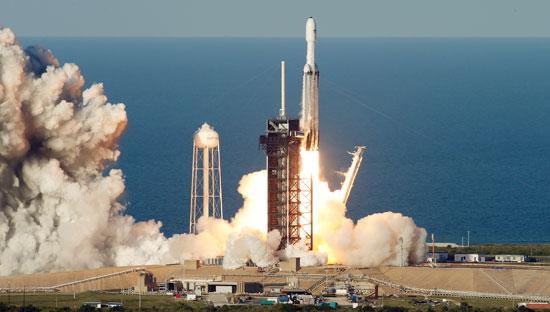 لحظة-إطلاق-أقوى-صاروخ-للفضاء-(1)