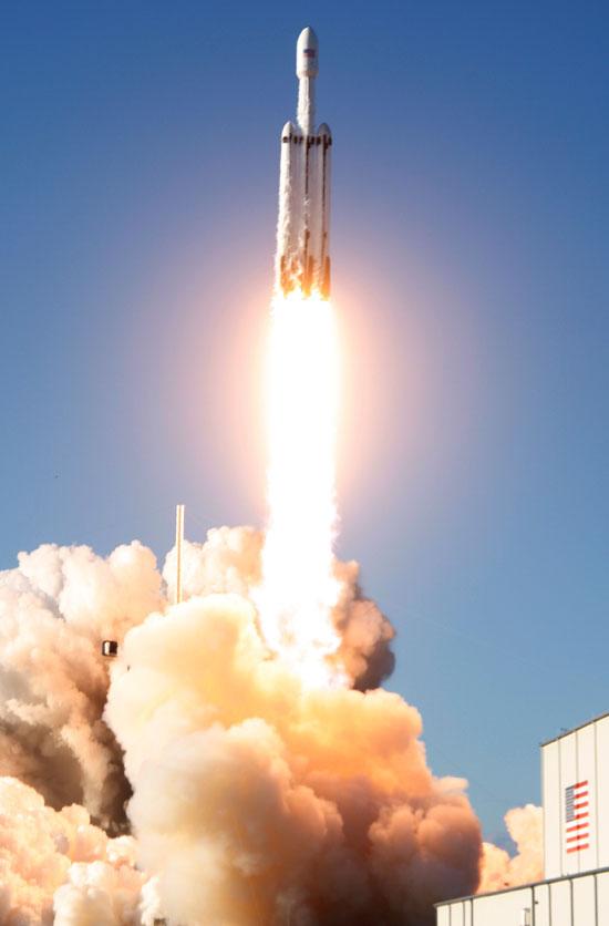 لحظة-إطلاق-أقوى-صاروخ-للفضاء-(10)